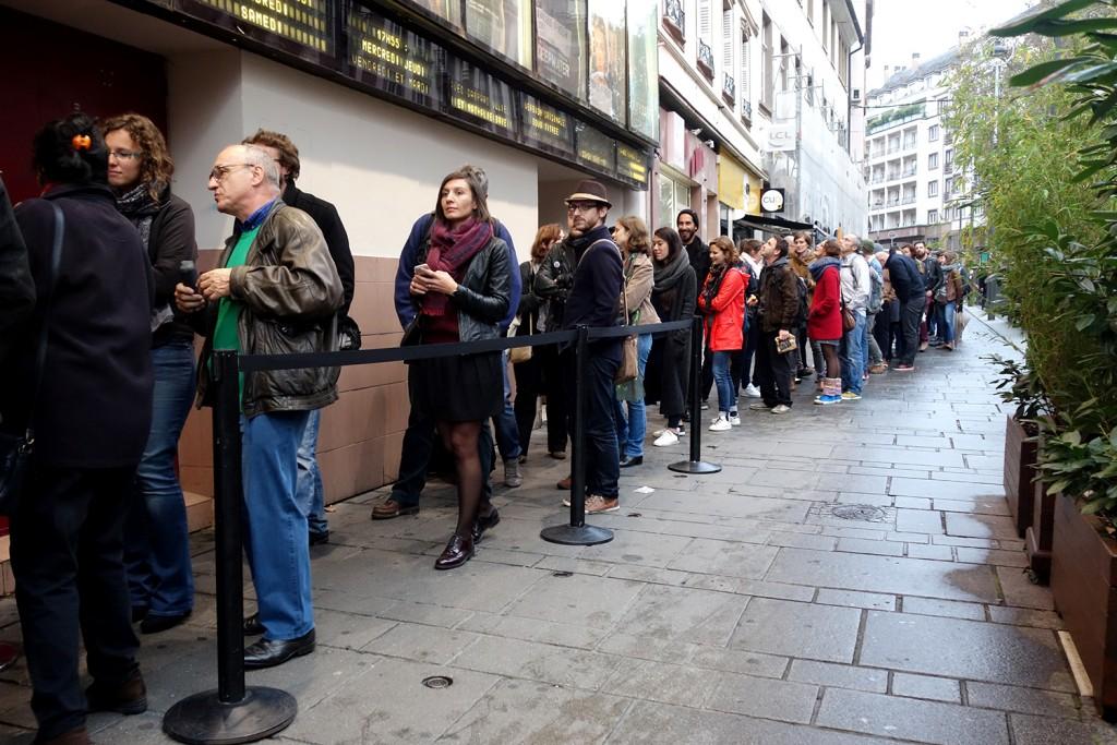 La file d'attente devant le Vox, dont la longueur a surpris tout le monde.